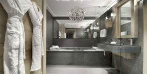 Уустановка люстры над ванной комнате