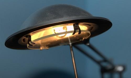 Светильник настольного типа с металлическим плафоном