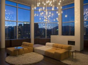 Светильники на подвесах в высокой комнате